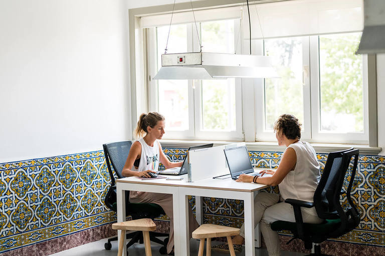 01 coworking together